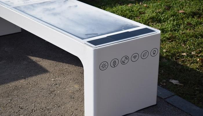 Na tri lokacije u centru Sarajevo postavljeno šest solarnih klupa