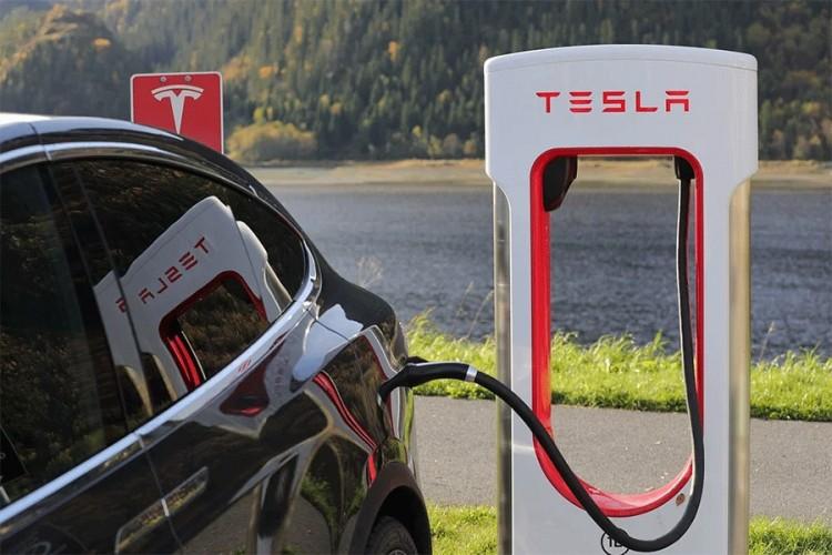 Tesla mora da povuče 12.300 vozila