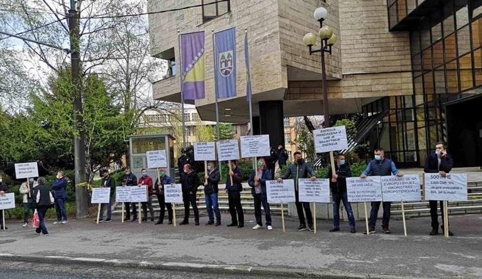 Protest ispred Parlamenta: Nigdje u svijetu nije zabranjena gradnja mini HE