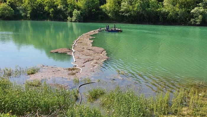 Nakon prevrtanja cisterne kod Konjica spriječena ekološka katastrofa izvlačenjem nafte iz Neretve